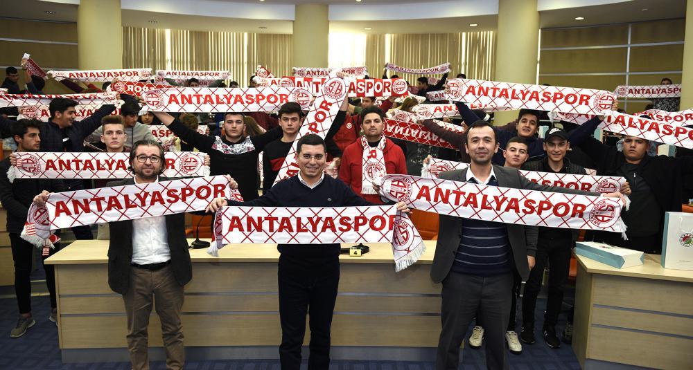 Tütüncü'den gençlere Antalyaspor kaşkolu