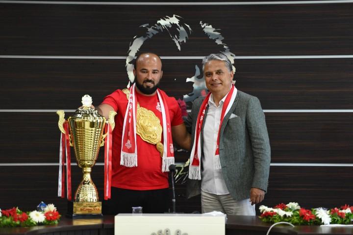 Sezonun ilk yağlı güreşlerinde, Antalya Kumluca'da altın kemere uzanan Paşanın Aslanı Orhan Okulu, başpehlivanlık kupası ve kemeriyle